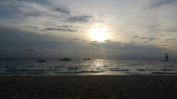 Sunset di White Beach, berlokasi di depan hotel - Wira Asmo