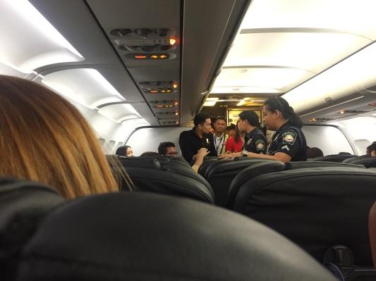 Amukan ibu-ibu itu mengundang polisi bandara ke dalam pesawat - Wira Asmo