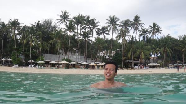 Berenang sore-sore di depan hotel di Boracay - Wira Asmo