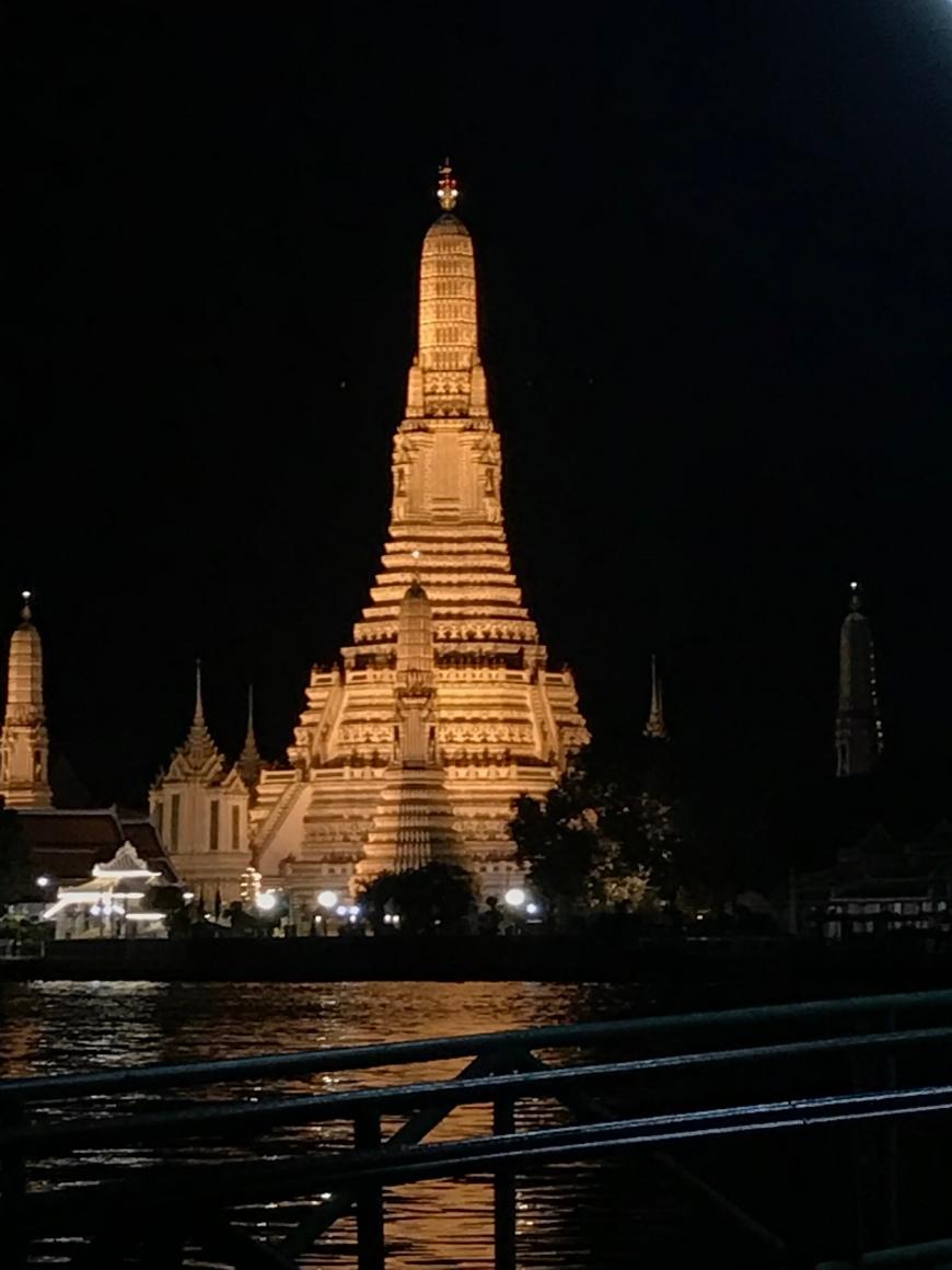 Wat Arun di malam hari - Destinasi Wisata Bangkok Wira Asmo